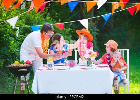 Felice grande famiglia olandese con i bambini per celebrare una festività nazionale o lo sport vittoria avente il Foto Stock
