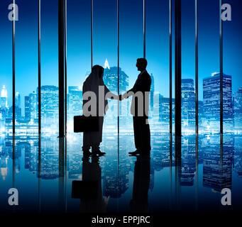 Due imprenditori agitando la mano nell'edificio degli uffici. Foto Stock