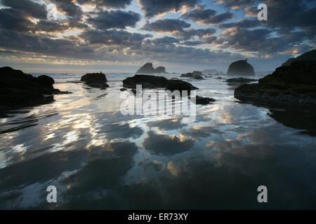 Tramonto sul mare di pile sulla spiaggia di Trinidad Bay in California costiera Monumento Nazionale in California. Foto Stock