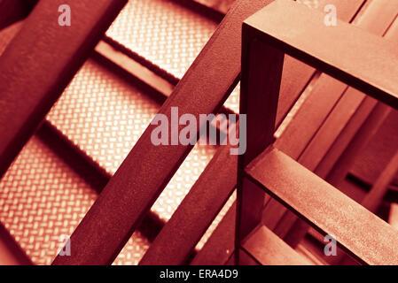 Rosso e giallo astratta costruzione in acciaio Foto Stock