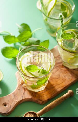 Freschi cocktail mojito su sfondo verde Foto Stock