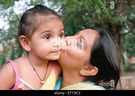 Madre indiana kissing figlia sulle guance - signor#736k&l - rmm 167203 Foto Stock