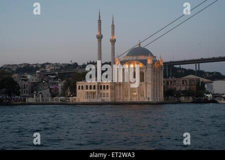 Istanbul, Turchia, guardando la moschea di Ortaköy e il Ponte sul Bosforo la sera Foto Stock