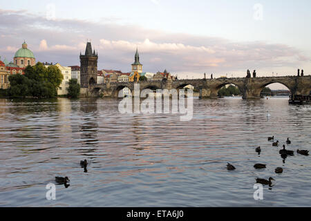 Praga Repubblica Ceca, Moldavia e Charles Bridge nella luce della sera Foto Stock