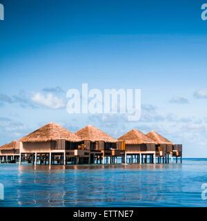 Over water bungalows con gradini in straordinari verde laguna Foto Stock