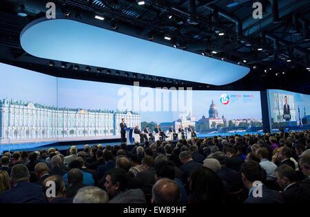 San Pietroburgo, Russia. 19 giugno 2015. Chinese Vice Premier Zhang Jaili (1L) indirizzi xix San Pietroburgo International Foto Stock