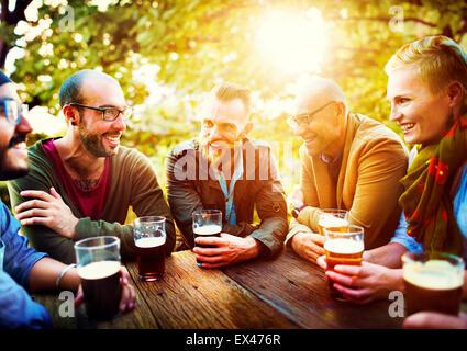 Diverse persone amici appendere fuori a bere Concept Foto Stock