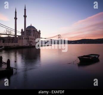 Esterno della Moschea Ortakoy e Ponte sul Bosforo all'alba, Ortakoy, Istanbul, Turchia, Europa Foto Stock
