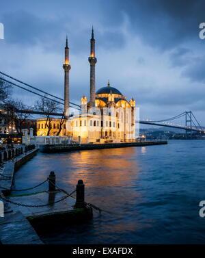 Esterno della Moschea Ortakoy e Ponte sul Bosforo di notte, Ortakoy, Istanbul, Turchia, Europa Foto Stock