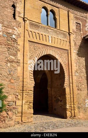 Lato ovest del vino porta in Piazza delle cisterne a Palazzo Alhambra Granada Spagna Foto Stock
