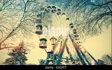Retrò vecchio film foto sbiadita della ruota panoramica Ferris in un parco. Foto Stock
