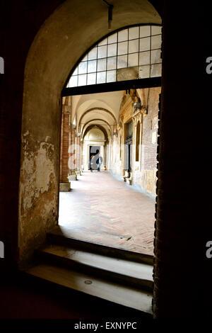 Pilato il cortile della chiesa di Santo Stefano, nel complesso delle sette chiese, Bologna, Italia Foto Stock