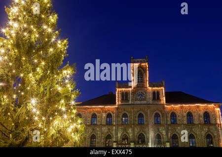 Illuminato albero di Natale e la facciata di edificio Foto Stock