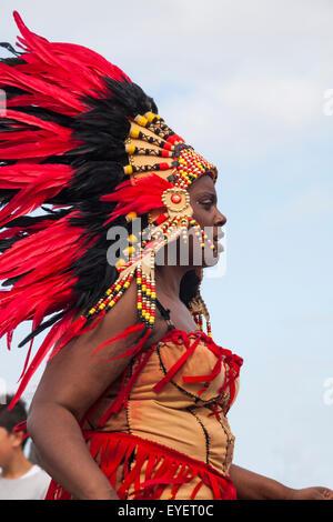 Swanage sfilata di carnevale in luglio con il tema di supereroi - ballerino in rosso costume indiano Foto Stock
