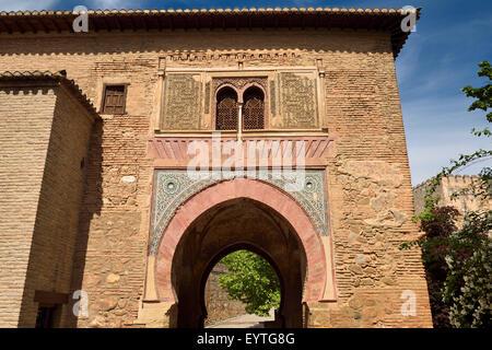 Il lato est del vino Gate con fortezza di Alcazar a Palazzo Alhambra Granada Spagna Foto Stock