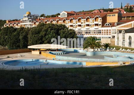 Istria, Croazia. L'Hotel Croatia a Duga Uvala, un ora vuota era comunista hotel dagli anni settanta prewar pacchetto Foto Stock
