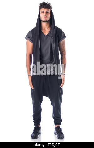 A piena lunghezza shot di bello duro giovane uomo in scuro incappucciati t-shirt isolati su sfondo bianco, guardando Foto Stock
