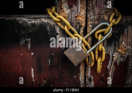 Vecchia chiave master su una vecchia porta di legno e ombra di sfondo, il fuoco selettivo Foto Stock