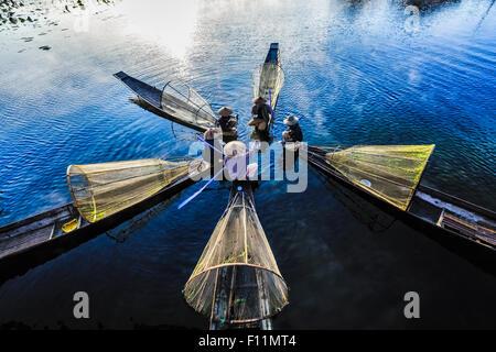 Angolo di alta vista di Asian pescatori pesca in canoa sul fiume Foto Stock