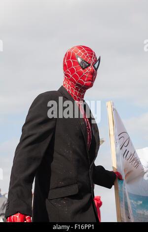Uomo vestito da Spiderman a Swanage sfilata di carnevale in luglio con il tema dei supereroi Foto Stock