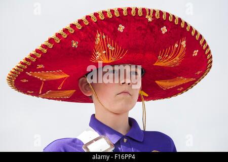 Musicista indossando tipo messicano hat a Swanage sfilata di carnevale in luglio con il tema dei supereroi Foto Stock