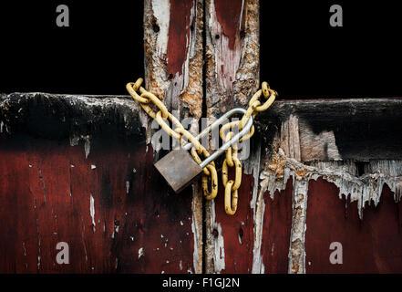 Vecchia chiave master su una vecchia porta di legno e sfondo ombra Foto Stock