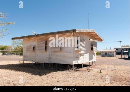 Tradizionale architettura tropico di casa di base costituito da fogli di lamiera visibile a Normanton, Queensland, Foto Stock