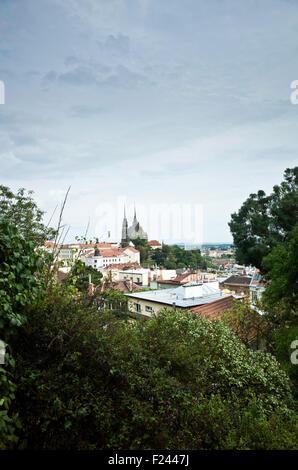 Vista della città di Brno da Spielberg castello, con la Cattedrale di st. Petr e Paolo Foto Stock
