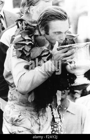 Peter Revson bevande da il suo trofeo dopo aver vinto il campionato Canadian-American. Watkins Glen, NY, luglio Foto Stock