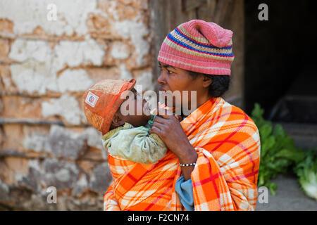 La madre e il bambino vestito in caucciù tradizionali di rivestimento della tribù Betsileo, Fianarantsoa, Haute Foto Stock