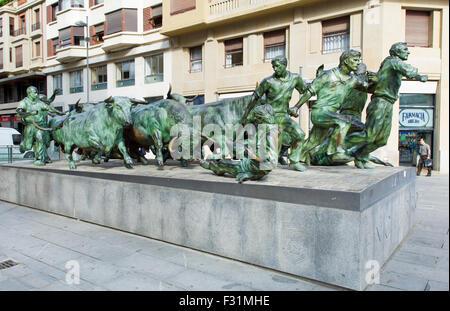 Monumento al Encierro, una fusione in bronzo di San Fermin festival in Pamplona, Spagna Foto Stock