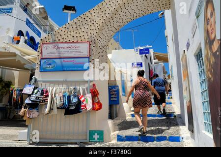 I turisti a piedi attraverso le strette strade di Fira Santorini Grecia Foto Stock