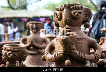 Statua di argilla di donna in fiera surajkund Foto Stock