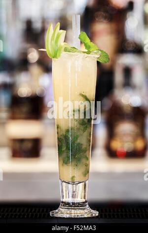 Freschi cocktail mojito su una barra in alto Foto Stock