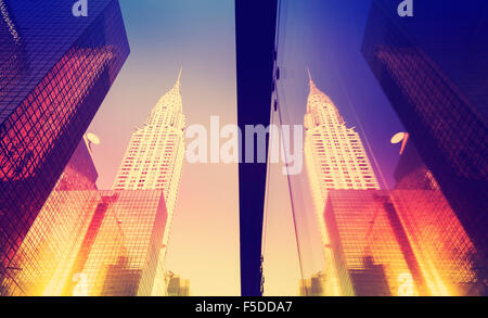 In stile vintage grattacieli di Manhattan al tramonto riflesso in windows, NYC, Stati Uniti d'America. Foto Stock