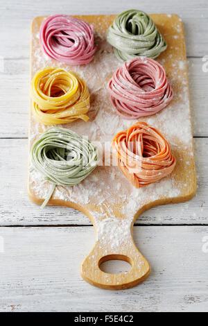 Colore greggio pasta fettuccine, cibo Foto Stock
