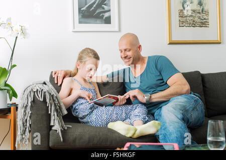 La Svezia, Padre facendo compiti a casa con la figlia (8-9) Foto Stock