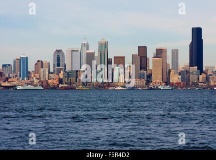 Lo skyline di Seattle su nuvoloso giorno Foto Stock