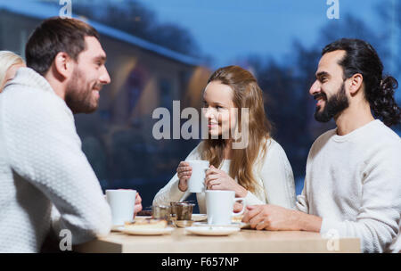Felice incontro di amici e bere il tè o caffè Foto Stock