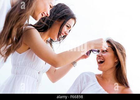 Allegro donne divertimento all'aperto e ridevano allegramente Foto Stock