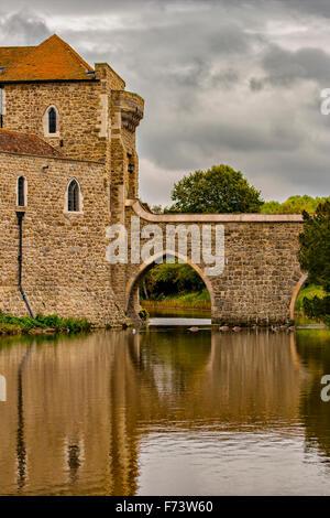 Dettaglio del ponte e il fossato dal castello di Leeds. Kent, Inghilterra. Foto Stock