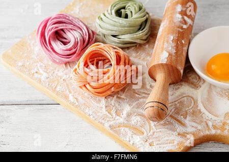 Materie italiano pasta di colore sul bordo, cibo close-up Foto Stock
