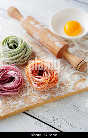 Materie italiano pasta di colore e perno di rotolamento, cibo closeup Foto Stock