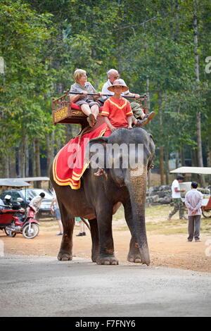 I turisti in elefante, tempio Bayon, Angkor Thom, Cambogia, Asia Foto Stock