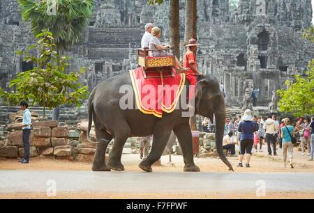 Angkor - turista corsa su elefante, tempio Bayon, Angkor Thom, Cambogia Foto Stock