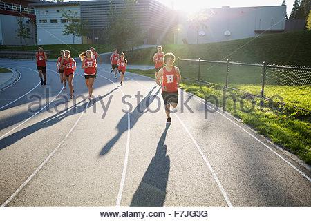 Alta scuola via e agli atleti una pista per la corsa Foto Stock