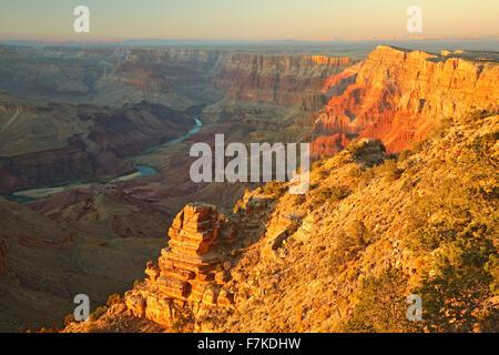 Il fiume Colorado e le pareti del canyon dalla vista del deserto si affacciano, il Parco Nazionale del Grand Canyon, Foto Stock