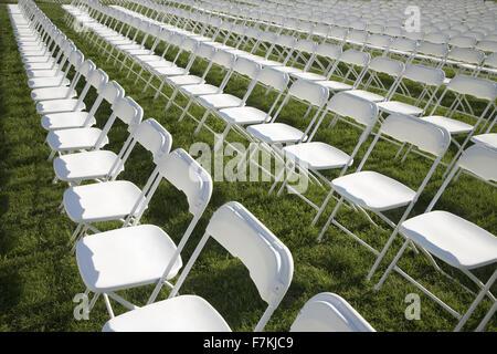 Righe vuote di sedie bianche in campo erboso a Washington, DC Foto Stock