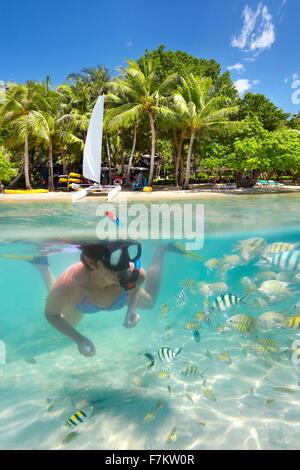 La donna lo snorkeling nel mare tropicale, Ko Samet Island, Thailandia, Asia Foto Stock