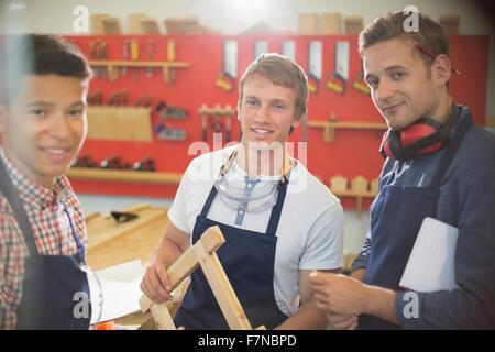 Ritratto fiducioso carpentieri in officina Foto Stock